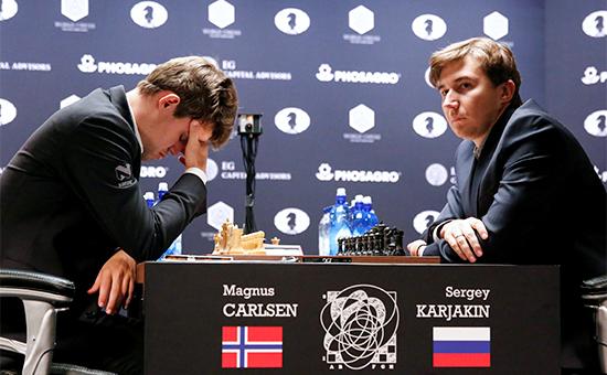 Гроссмейстер Сергей Карякин (Россия) и гроссмейстер Магнус Карлсен (Норвегия) (слева) в восьмой партии матча за звание чемпиона мира 2016 годав Нью-Йорке