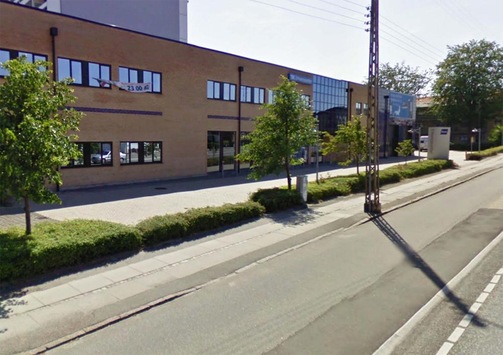 Отделение пешеходной зоны от дорожного полотна при помощи кустарника