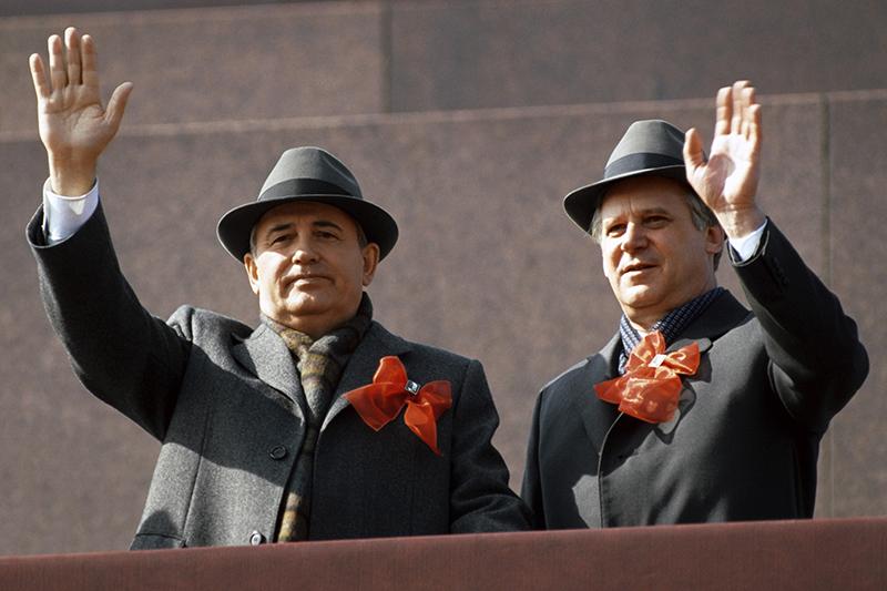 Генеральный секретарь ЦК КПСС Михаил Горбачев ипредседатель Совета министров СССР Николай Рыжков натрибуне Мавзолея наКрасной площади. Фото 1988 года