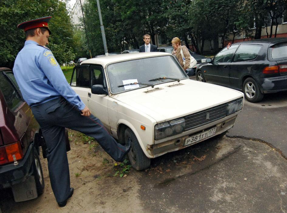 Брошенный автомобиль в московском дворе