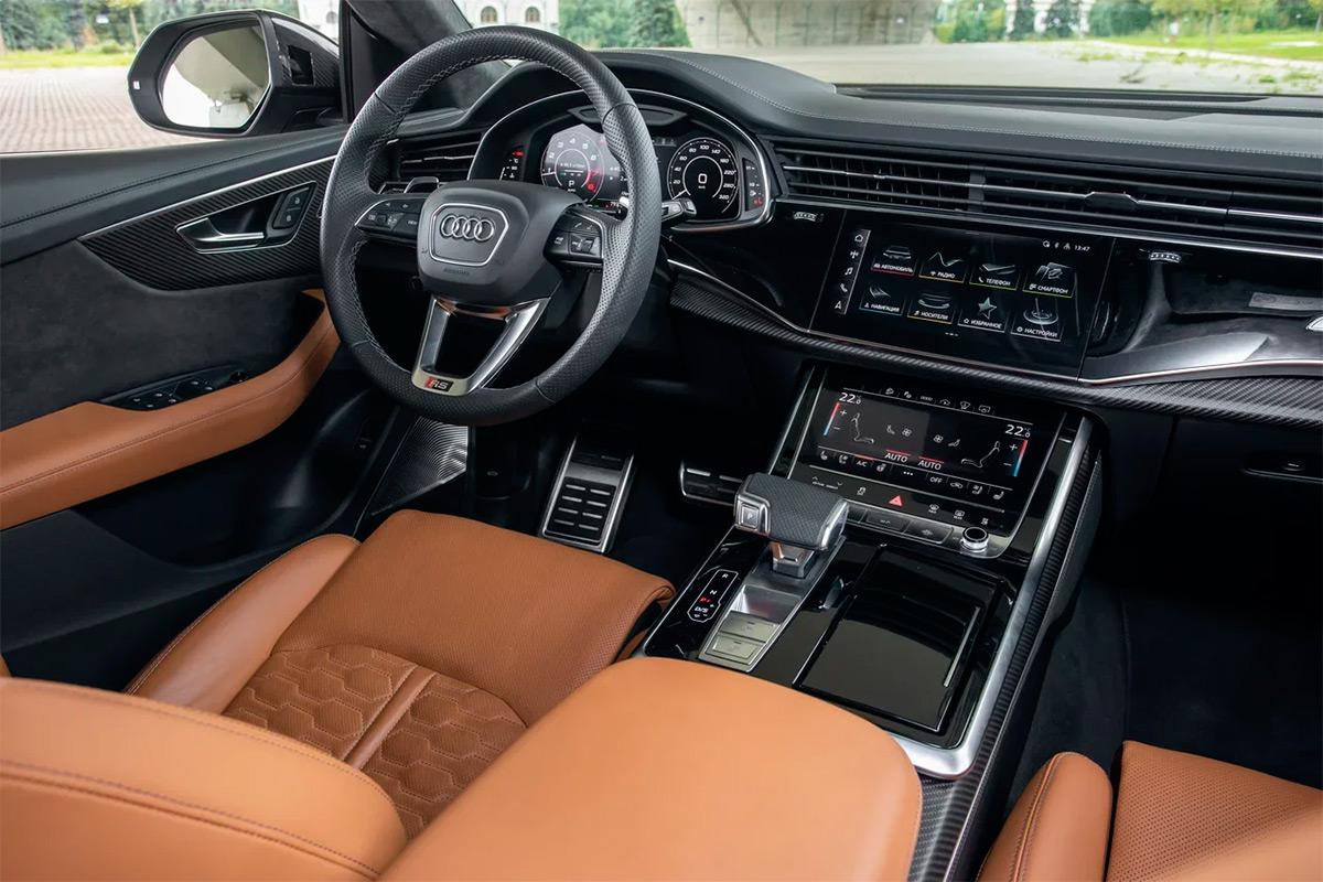 Качество работы пары сенсорных дисплеев с годами будто бы ухудшилось. Когда эта система только дебютировала на Audi A6, на элементы меню не требовалось жать так долго, да и в целом все происходило как-то проще. Остается радоваться, что в новых моделях от такого решения немцы, скорее всего, откажутся.