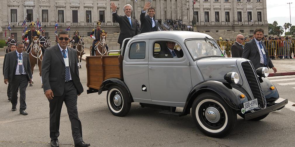 Fordson 1951  Президенты Уругвая без ума от старых автомобилей. Предпоследний глава государства ездил на Volkswagen Beetle 1987 г. выпуска, а избранный во второй раз Табаре Васкес (впервые он управлял страной с 2005 по 2010 г.) на свою инаугурацию прибыл на фургоне Fordson 1951. Сам он объяснил свой выбор тем, что с этой машиной связано много приятных воспоминаний о работе врачом в прошлом.