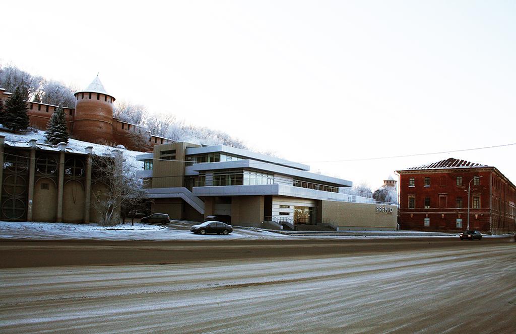 Развлекательный комплекс «Премио» на Нижне-Волжской набережной. На заднем плане — нижегородский Кремль