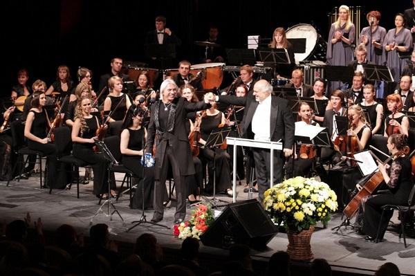 Выступление Дмитрия Хворостовского с симфоническим оркестром и хоровой капеллой «Светилен» на сцене Сургутской филармонии в 2013 году