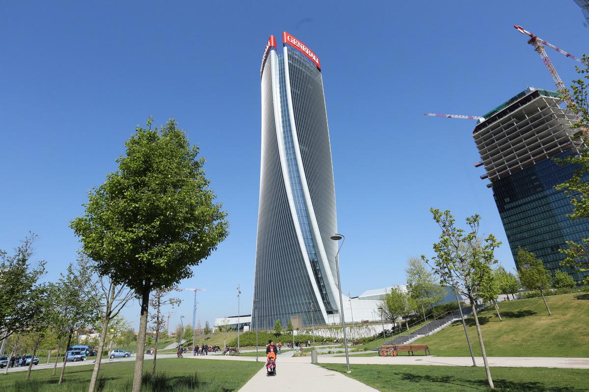 «Закручивающийся» небоскреб под названием Generali Tower является одним из самых высоких зданий в Милане. Его высота составляет 170м (44 этажа)