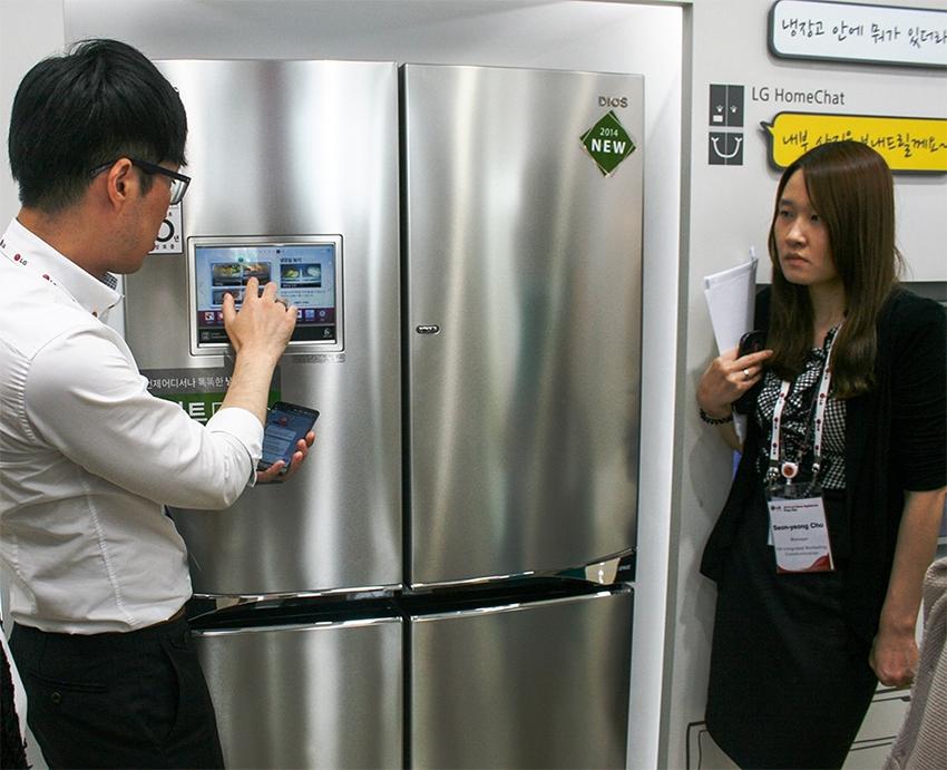 Холодильник LG со встроенной функцией удаленного просмотра его содержимого