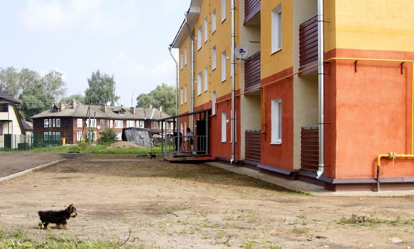 Дом заселен не полностью: некоторые жильцы до сих пор не переехали из деревянных бараков, которые возводили в Парфине в середине XX века в качестве временного жилья для работников фанерного завода