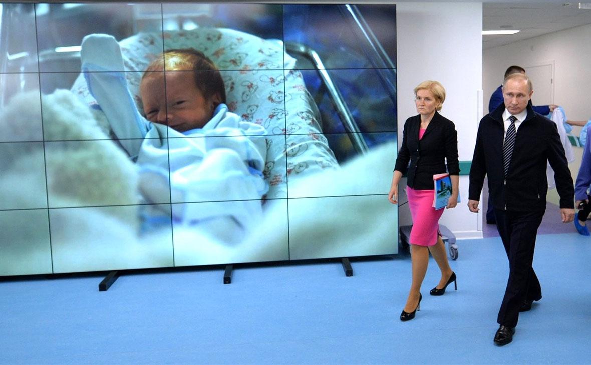 Владимир Путинс заместителем председателя правительства Ольгой Голодец в Федеральномперинатальном центре в Москве. 2016 год