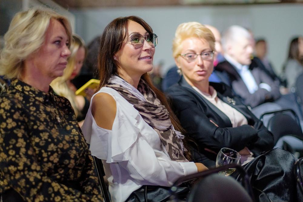Елена Бадмаева, дизайнер (в центре)