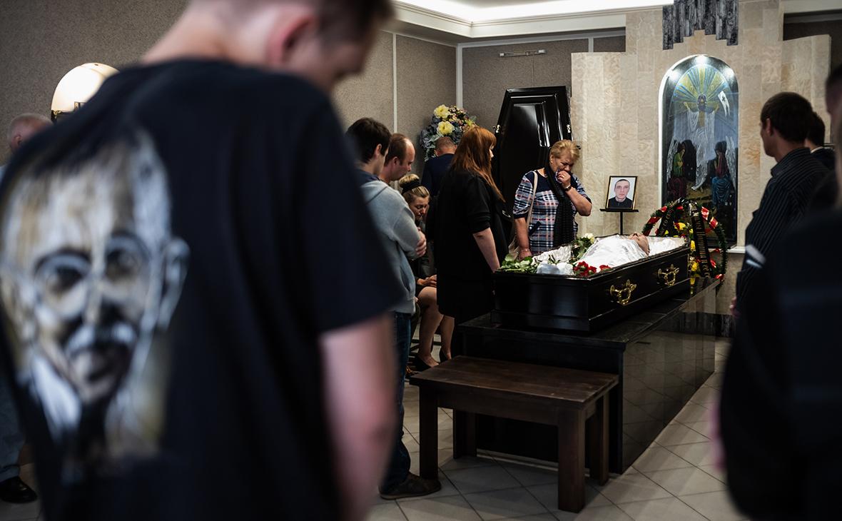 Похороны погибшего на акции протестаАлександра Тарайковского