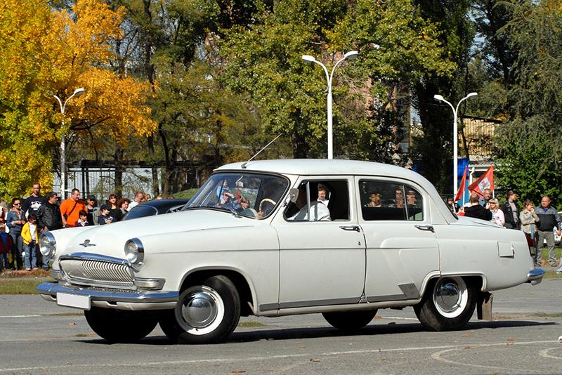 ГАЗ-21  Примерная стоимость: от 100 тыс. руб.  Владелец: премьер-министр РФ Дмитрий Медведев  Декларация Медведева гласит, что сам он владеет одной «Волгой» и одной «Победой», а его жена ездит на Volkswagen Golf.