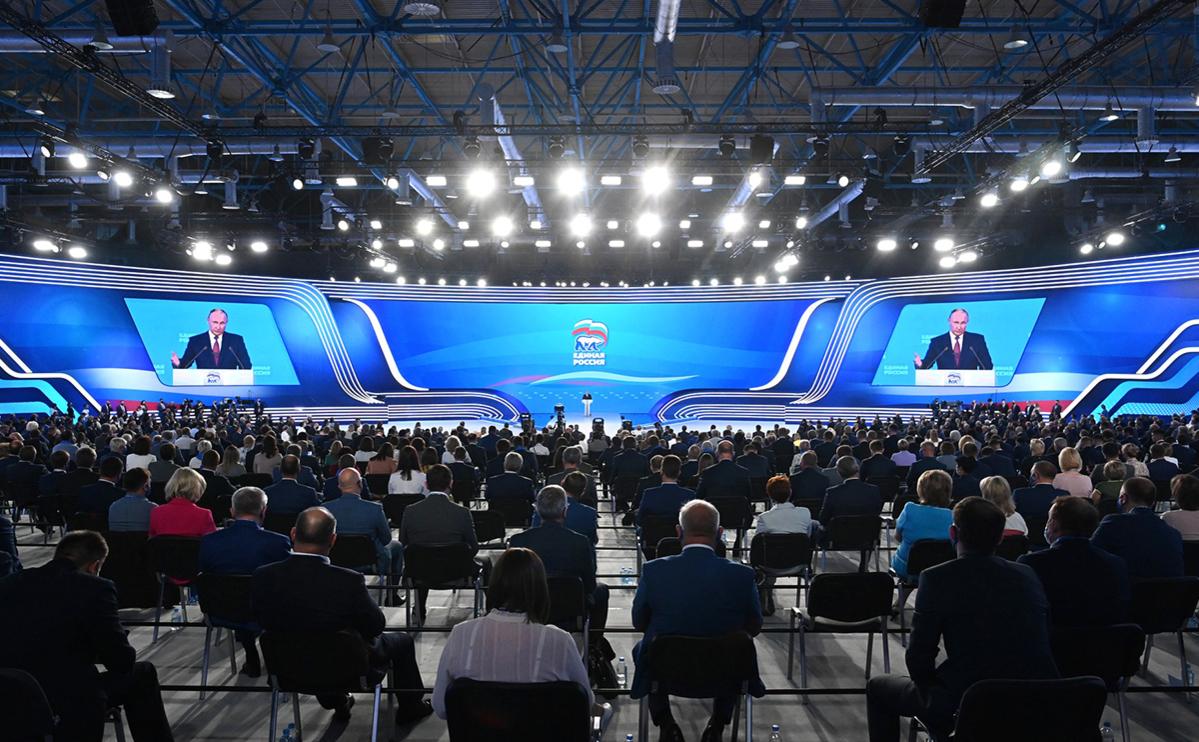 Владимир Путин выступает на съезде политической партии «Единая Россия»