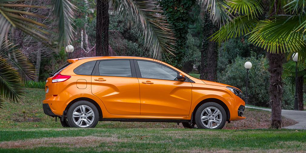 Приподнятый хэтчбек Lada XRAY с начала года бьет рекорды – месячные продажи превысили 3000 автомобилей. В мае спрос на машину немного просел – продано 2887 штук. Тем не менее, это все равно на 80% больше, чем в прошлом году, когда XRAY только набирал обороты. Напомним, что продажи этой модели стартовали в феврале 2016 г. – с тех пор у нее появилась отключаемая система стабилизации и самая быстрая версия с мотором 1,8 и «механикой».
