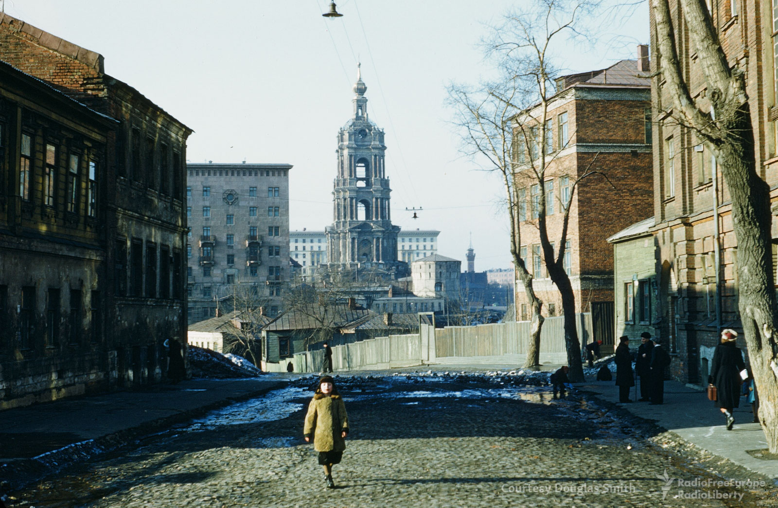 Вид наколокольню Новоспасского монастыря содной изблизлежащих улиц