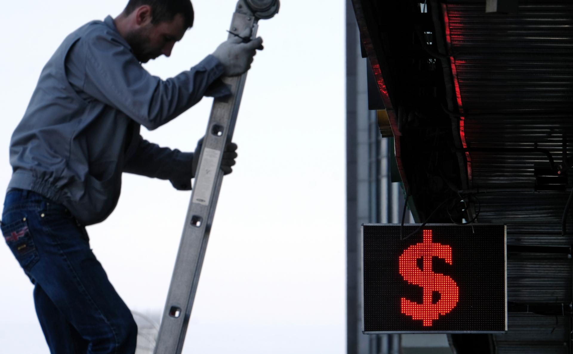 Экономисты спрогнозировали укрепление доллара до 82 руб.