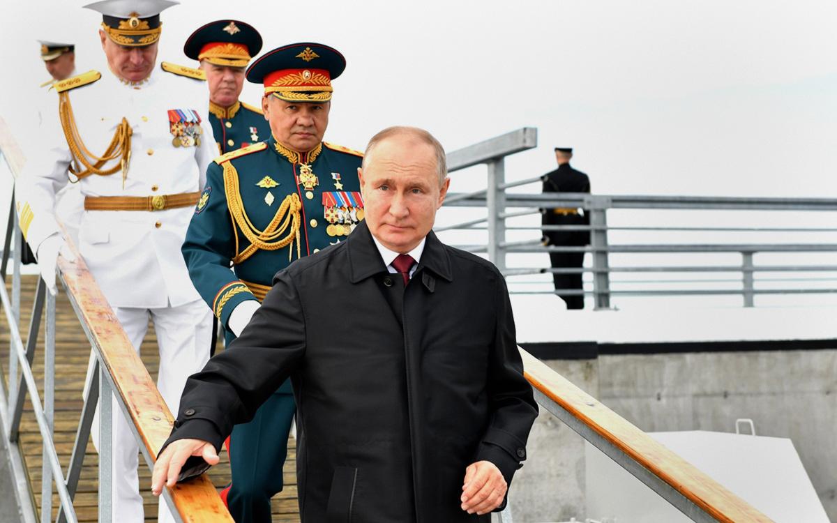 Главнокомандующий Военно-морским флотом России адмирал Николай Евменов, министр обороны РФ Сергей Шойгу и Владимир Путин