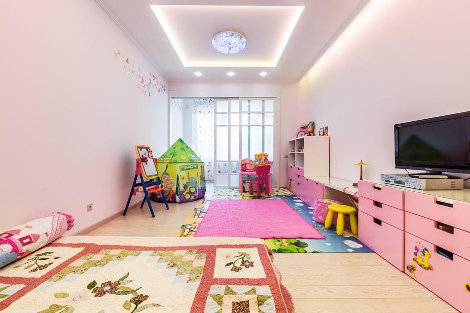 Детская комната выглядит ярче, чем весь интерьер: на смену сдержанным пастельным тонам пришел насыщенный розовый цвет