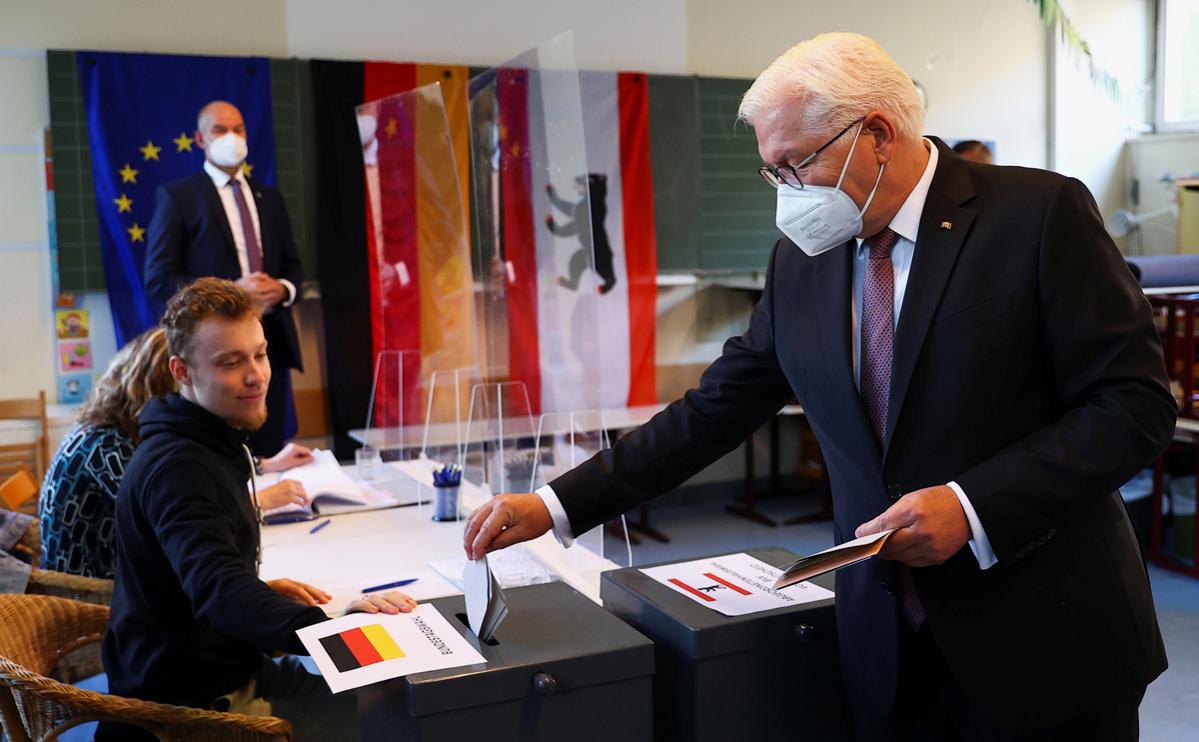 Франк-Вальтер Штайнмайер (справа)