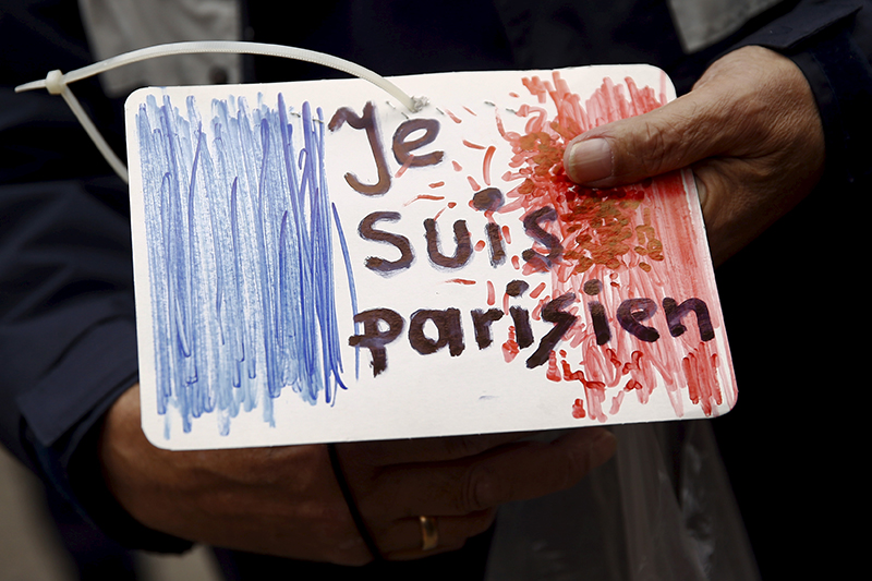 Серия терактов в Париже 13 ноября  Крупнейшая террористическая атака на Францию в истории страны. По предварительным данным, погибли 128 человек, 99 ранены или находятся в тяжелом состоянии. До этого крупнейшим терактом считался сход с рельсовпоезда, следовавшего из Страсбурга в Париж, организованный 18 июня 1961 годаультраправой Секретной вооруженной организацией (Organisation de l'armee secrete). Тогда погибли 28 человек, более ста пострадали