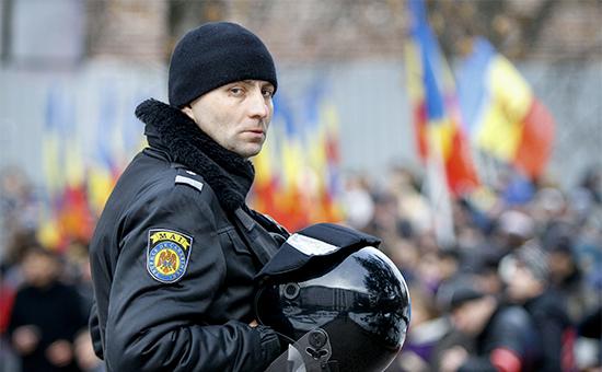 Сотрудник полиции во время акции протеста с требованием проведения досрочных парламентских выборов в республике. 16 января 2016 года