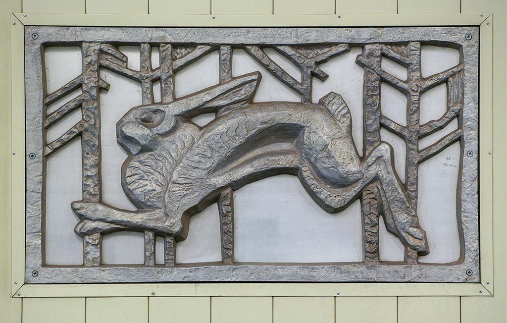 Литой барельеф, украшающий путевую стену на станции метро «Кузьминки»