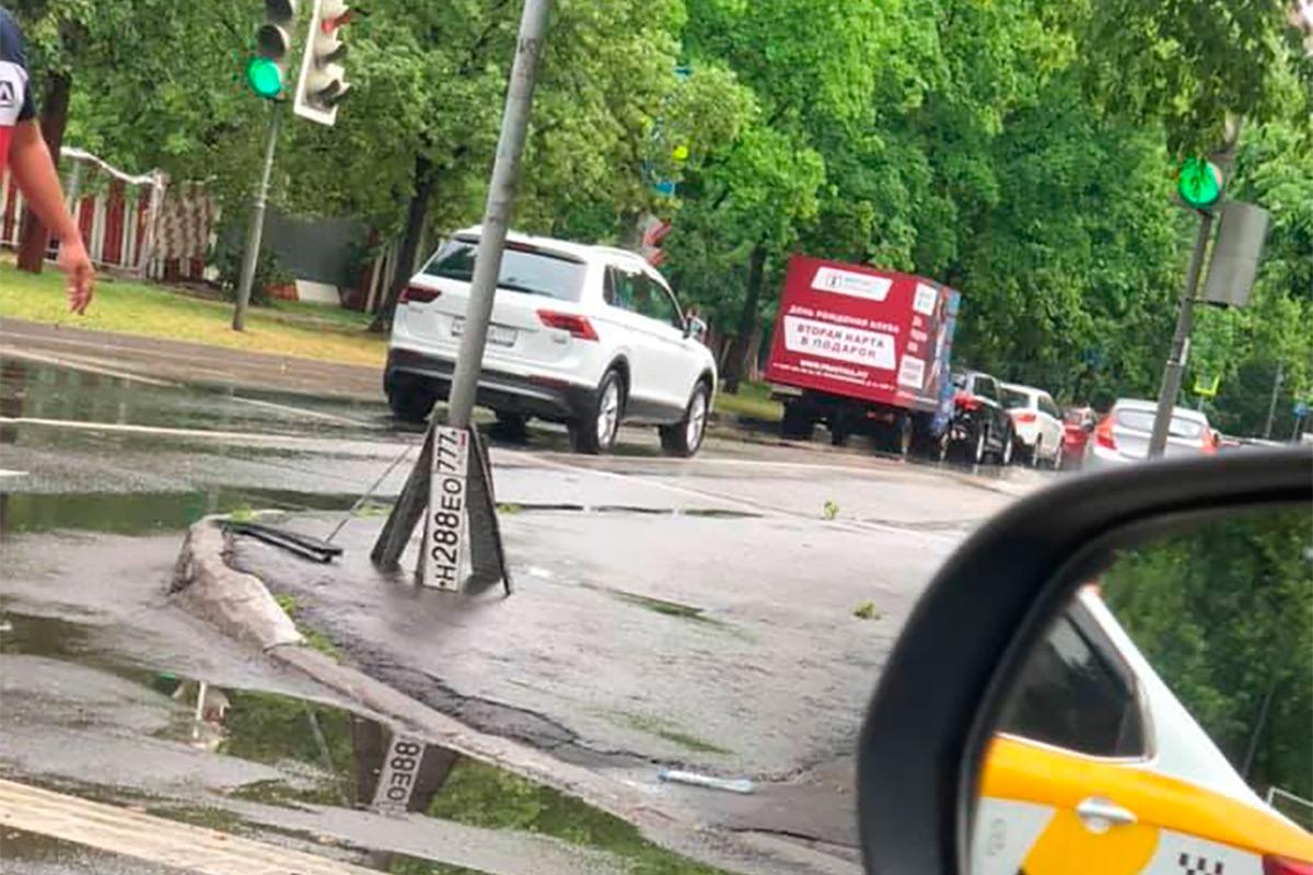 <p>Автомобилисты Москвы начали публиковать в соцсетях фотографии оторванных госномеров. &laquo;У кого смыло номера? Часть выставили на перекрестке Усиевича-Чайкиной&raquo;,&nbsp;&mdash; пишут водители.</p>