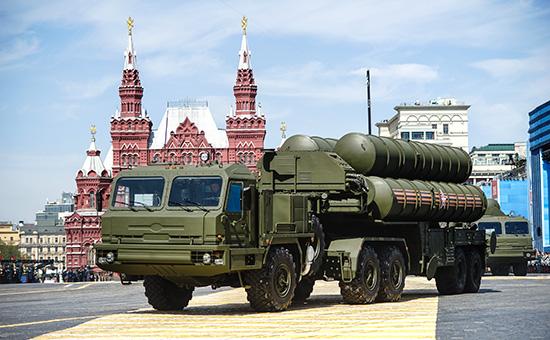 Зенитная ракетная система С-400 во время военного парада на Красной площади, посвященного 70-й годовщине Победы в Великой Отечественной войне, 9 мая 2015 года