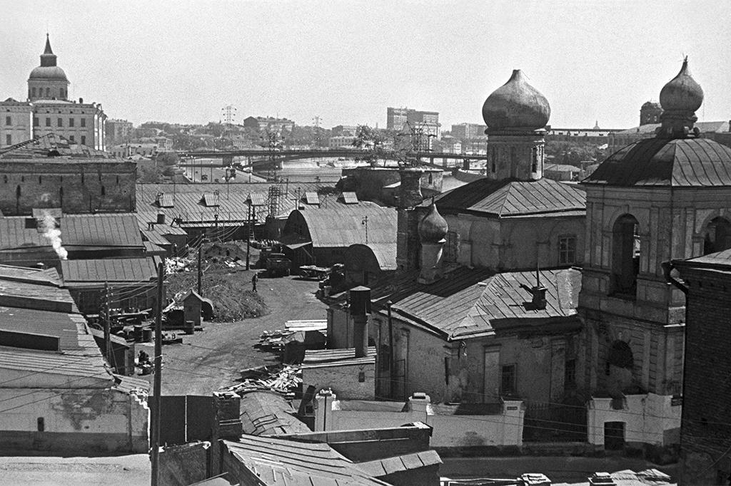 Старое Зарядье перед сносом. Вдали —Устьинский мост. 1940 год