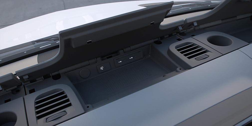 У версий попроще лотки под лобовым стеклом открытые. На передней панели и консоли вкупе могут находиться шесть подстаканников.