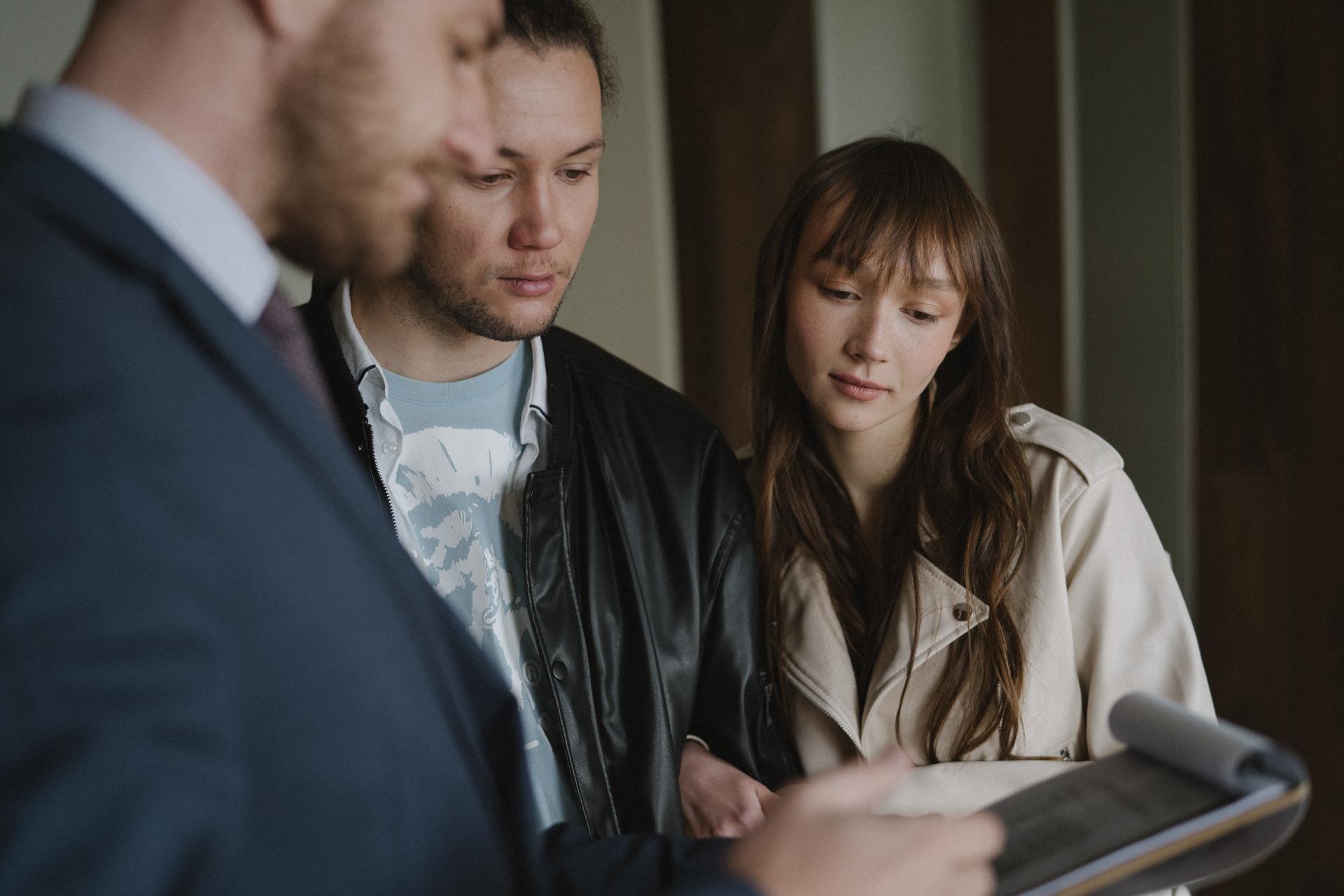 При покупке квартиры надо внимательно изучить все документы