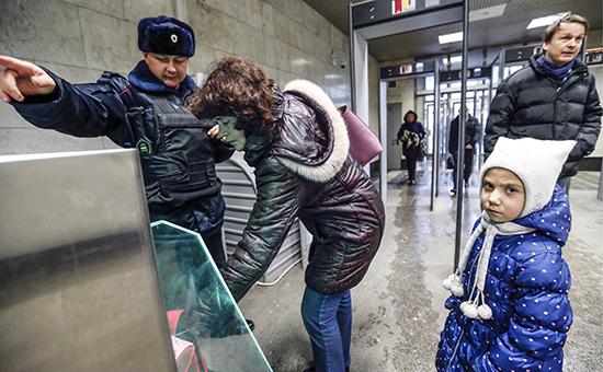 Досмотр личных вещей пассажиров на одной из станций московскогометро