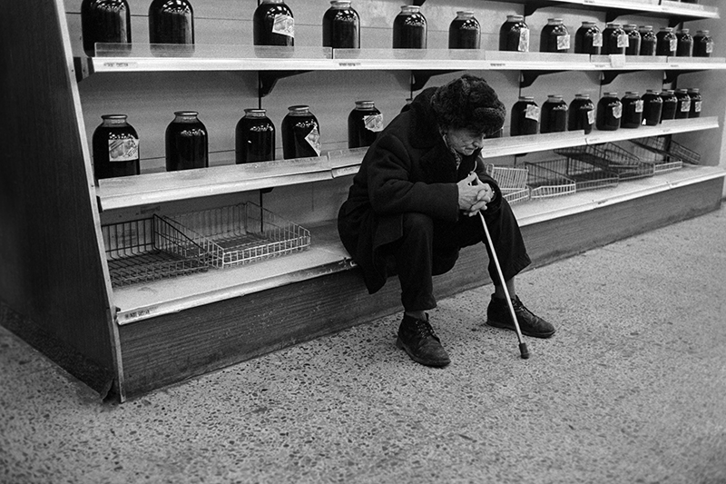 У пустых прилавков в продуктовом магазине. 1991 год