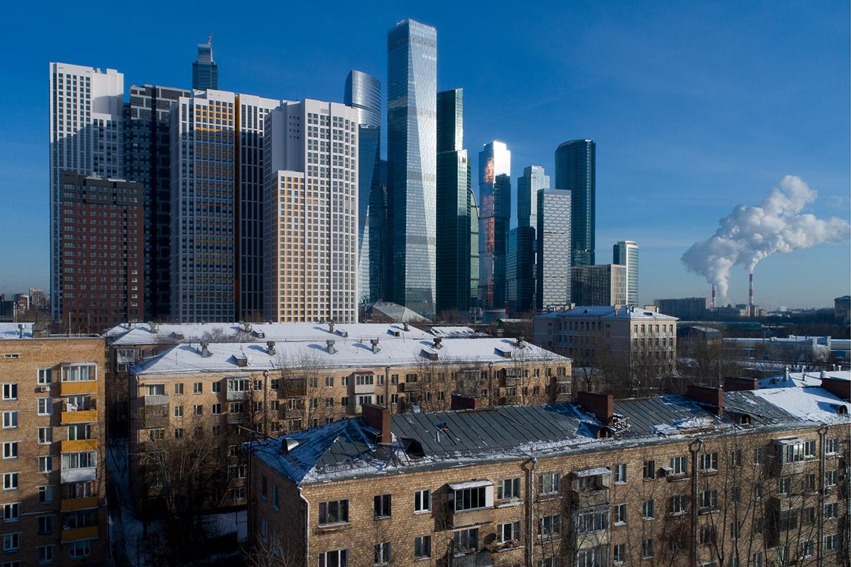 Вид на «Москва-Сити» (справа на дальнем плане) и жилые дома на Шелепихинской набережной (на переднем плане)