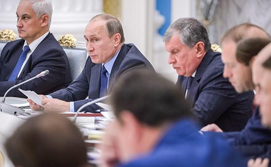 Президент России Владимир Путин во время заседания президентской Комиссии по вопросам стратегии развития ТЭК и экологической безопасности