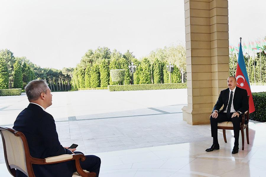 Ильхам Алиев (справа)