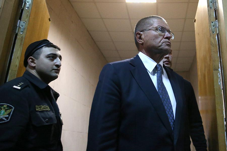 Улюкаев был задержан 14 ноября 2016 года по обвинению в получении взятки в размере $2 млн за положительную оценку сделки по приватизации «Башнефти» «Роснефтью». 15 ноября решением Басманного суда экс-министр экономического развития был отправлен под домашний арест сроком на два месяца.