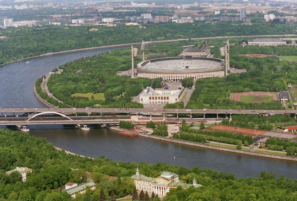 После приватизации «Лужников» в 1992 году здесь появился крупнейший в Москве вещевой рынок, который просуществовал до 2003 года. В августе 2011 года территорию спорткомплекса очистили от торговых павильонов  На фото: вид на спорткомплекс «Лужники»