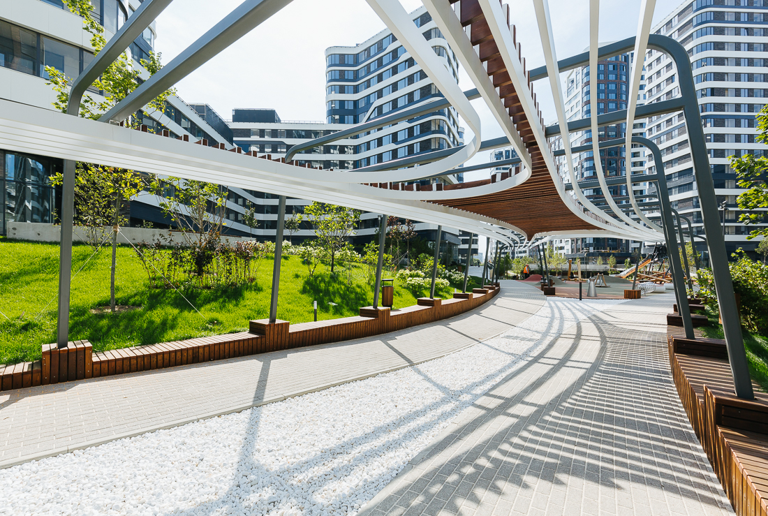 Под мостом устроена крытая зона отдыха с летними террасами. Здесь есть столы для пинг-понга и настольных игр, подвесные гамаки, сцена и амфитеатр для просмотра кино, проведения лекций и концертов