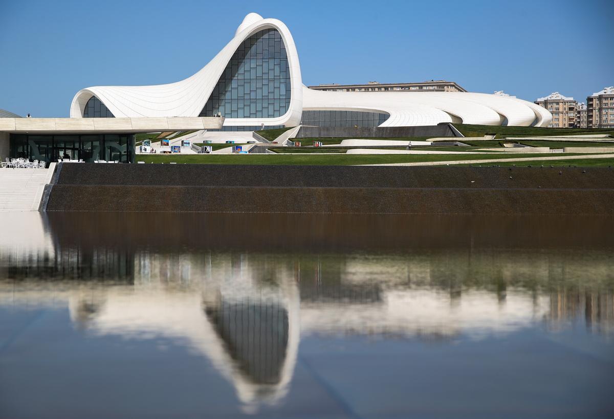 Центр Гейдара Алиева в Баку включает в себя музей, выставочные залы и офисы. Волнообразное здание практически не имеет прямых линий