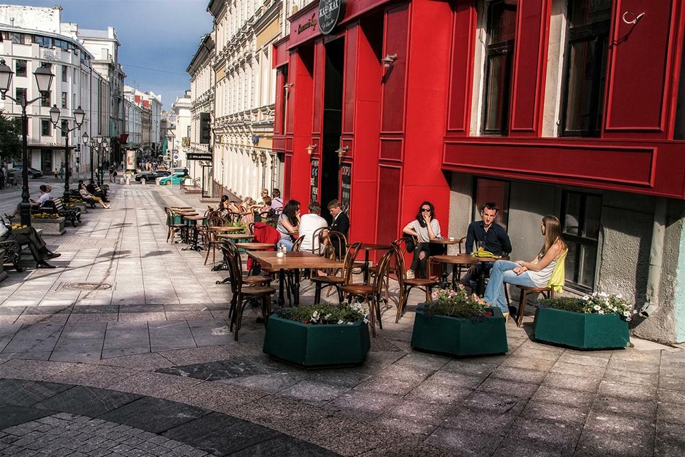 Столешников переулок остается самой дорогой торговой улицей Москвы. Свободных помещений здесь практически нет