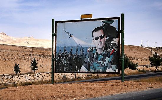 Плакат с изображением президента Сирии Башара Асада на трассе из Дамаска в Хомс