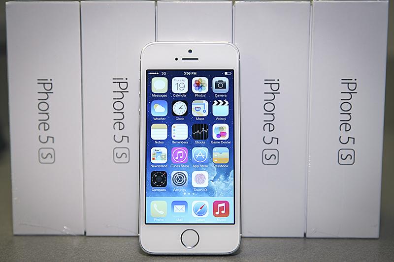 Apple iPhone 5S 16 Гб  Подешевел приблизительно на30%  Устройства корпорации Apple, несмотряназатяжное обесценивание рубля, сдекабря 2015 года дешевеют. Наибольшееснижениецены с12 декабря по13 января показывает модельiPhone 5S сминимальнымобъемом памяти—16 Гб, представленная нароссийском рынке еще воктябре 2013-го. В среднем стоимость устройства врозничных сетях вРоссии запрошедший месяц снизилась примерно натреть.  В интернет-магазинах сетей Media Markt иМТС эта версия смартфона стоит меньше 25тыс.руб., в«М.Видео», re:Store, «Эльдорадо» — около26тыс.руб. (по состоянию на22января).  При этом, какпоказало исследованиеРБК, еще вконце ноября—начале декабря iPhone 5S с16Гб в«Связном» и«М.Видео» стоил около30тыс.руб., в«Евросети»— примерно 35тыс.руб., вМТС—около40тыс.руб. То есть речь идет о снижениина20–35%.  На старте продаж два слишним года назад iPhone 5S с16 Гб стоилвмагазинах около30тыс.руб.