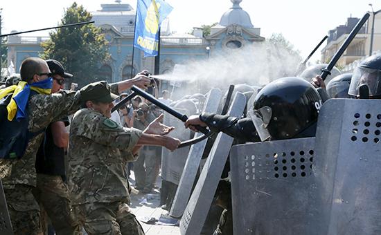 Cтолкновение митингующих с правоохранителями во время беспорядков у Верховной рады Украины