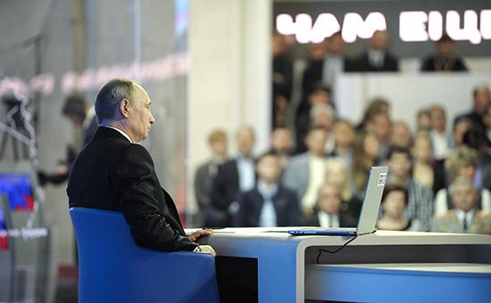 Президент России Владимир Путин во время «Прямой линии» 17 апреля 2014 года