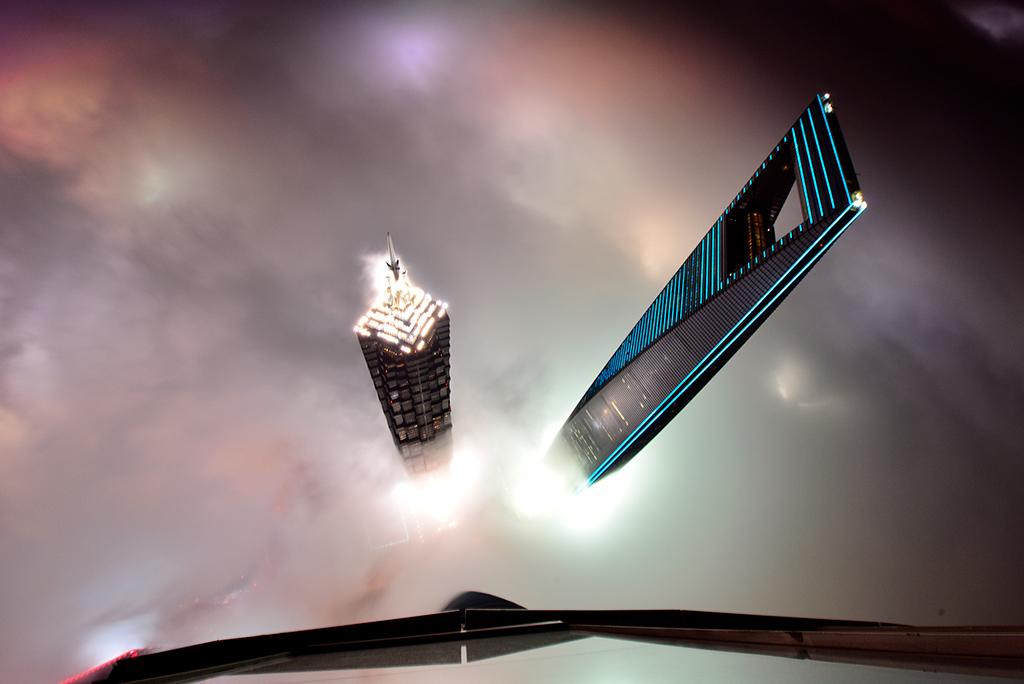 № 9. Шанхайский всемирный финансовый центр (Shanghai World Financial Center)   Высота: 492 м, 101 этаж Место: Шанхай, Китай Назначение: отель и офисы Архитектура: Kohn Pedersen Fox Associates (KPF) + Mori Building + Irie Miyake Architects and Engineers Дата строительства: 2008 год