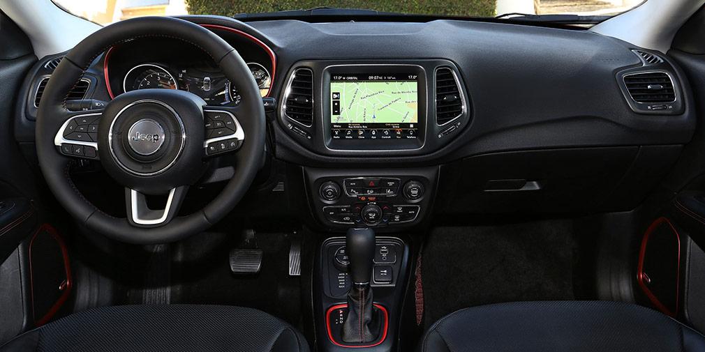 Интерьер нового Jeep Compass выполнен в строгом стиле старшей модели Grand Cherokee. Верх передней панели и подоконники – мягкие.