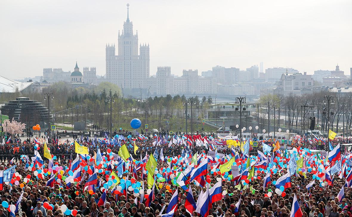 Участники шествия профсоюзов, посвященного Дню международной солидарности трудящихся, на Большом Москворецком мосту