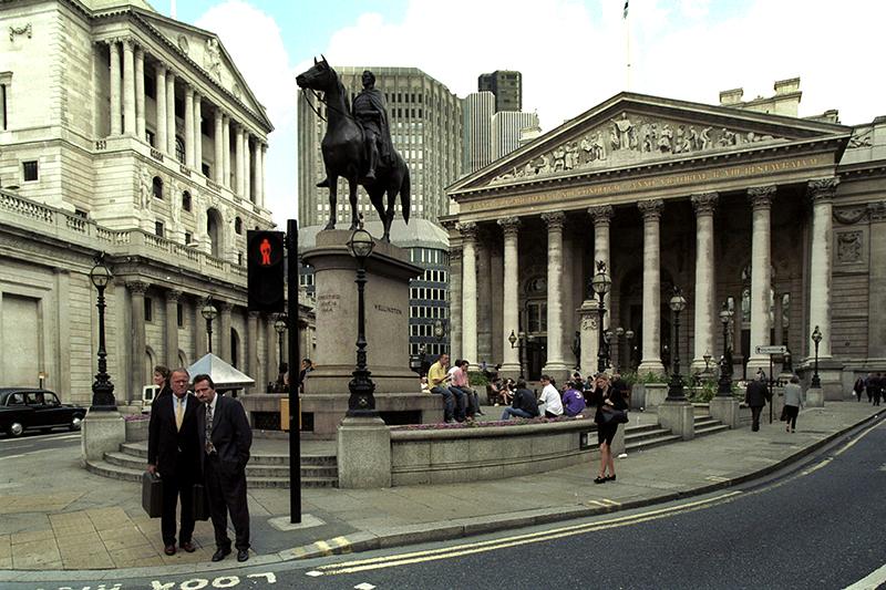 Великобритания   Когда повысили ставку: 16 сентября 1992 года  Размер повышения: с 10до 15%   Обстоятельства: Банк Англии (на фото слева) повысил ключевую ставку с 10до 12% утром 16 сентября. Позже этим же днем ставка была повышена до 15%. Регулятор был вынужден пойти на этот шаг, чтобы поддержать стоимость фунта в условиях начавшейся накануне спекулятивной атаки. Ее самым известным автором был Джордж Сорос. Его хедж-фонд Quantum Fund вместе с другими международными инвесторами, осознав, чтоБанк Англии не сможет отпустить курс фунта ниже диапазона, установленногоЕвропейским механизмом обменных курсов (ERM), интенсивно продавали британскую валюту. Центробанк потратил больше половины своих резервов на удержание курса, и к вечеру 16 сентября («черная среда») Великобритания объявила о выходе из ERM, позволив фунту обесцениться. Спекулятивная атака обошлась казне, по официальным данным, в £3,4 млрд. По другим сведениям, ущерб составил £27 млрд.   Что было после: Высокие процентные ставки Банка Англии в начале 1990-х годов были одной из причин завышенной стоимости фунта. Переоцененная национальная валюта повлекла за собой рецессию. Однако к середине 1990-х экономика адаптировалась к новым условиям. «Черная среда» ознаменовала собой слом всей прежней системы обменных курсов в Европе.