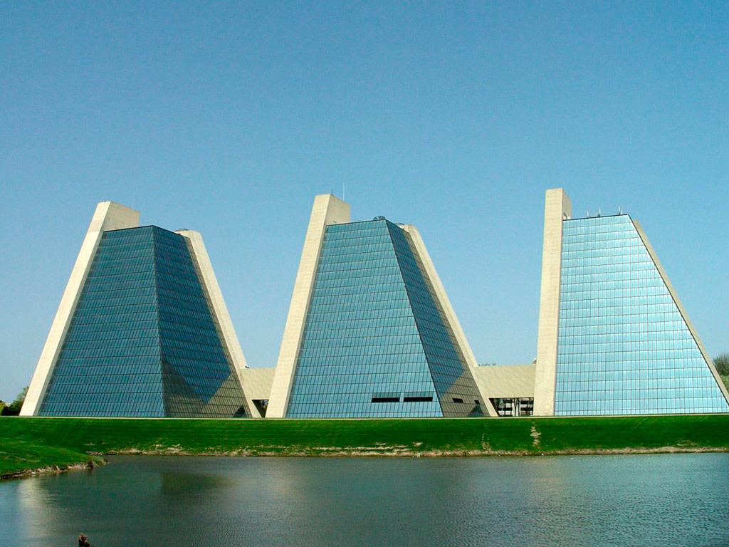Пирамиды вИндианополисе строились между1967 и1972 годами попроекту Кевина Роча. Высота 11-этажных башен составляет около48м, их общая площадь—примерно 33тыс.кв.м. Две стены каждой башни представляют собой бетонные монолиты, накоторых держится остальная конструкция изстекла истали. Считается, чтоэти башни—один изпроектов, закоторые Роч получил Притцкеровскую премию