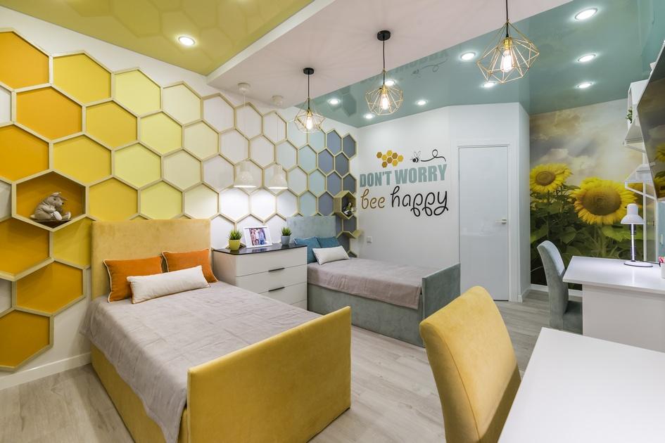 Полки настене, примыкающей ккроватям, выполнены ввидепчелиных сот; надругой стене нарисованы огромные подсолнухи